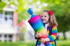 Bambino piccolo con il cono della caramella sul primo giorno di scuola Fotografie Stock