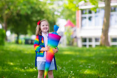 Bambino piccolo con il cono della caramella sul primo giorno di scuola Fotografia Stock Libera da Diritti