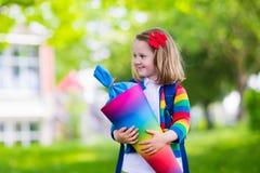 Bambino piccolo con il cono della caramella sul primo giorno di scuola Immagine Stock