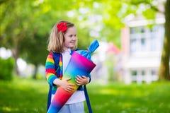 Bambino piccolo con il cono della caramella sul primo giorno di scuola Fotografia Stock
