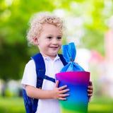 Bambino piccolo con il cono della caramella sul primo giorno di scuola Immagini Stock Libere da Diritti
