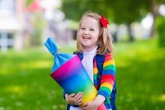 Bambino piccolo con il cono della caramella sul primo giorno di scuola Immagini Stock