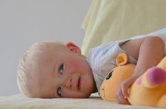 Bambino piccolo con il suo giocattolo farcito immagini stock libere da diritti