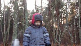 Bambino piccolo da solo alla foresta Fotografia Stock