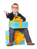 Bambino piccolo negli spectecles con il grande presente Immagini Stock