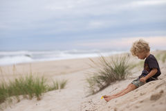 Bambino piccolo sulla spiaggia sabbiosa fotografia stock libera da diritti