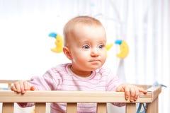 Bambino in playpen Fotografie Stock Libere da Diritti