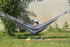 Bambino poco sorriso di pigoli di estate dell'amaca fotografie stock libere da diritti