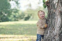 Bambino positivo divertendosi nel giorno caldo di autunno Fotografia Stock Libera da Diritti