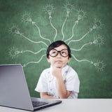 Bambino premuroso con l'immagine della lampada e del computer portatile Fotografia Stock Libera da Diritti