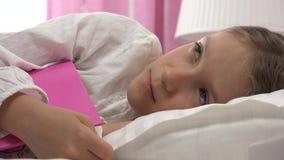 Bambino premuroso triste a letto che non dorme, fronte pensieroso sveglio della ragazza in camera da letto 4K archivi video