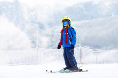 Bambino prescolare sveglio, ragazzo, sciante felicemente nella stazione sciistica austriaca Fotografia Stock Libera da Diritti
