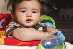 Bambino in presidenza con i giocattoli Immagine Stock Libera da Diritti