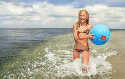 Bambino (ragazza) con la palla. Immagini Stock