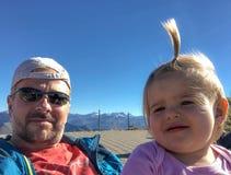 Bambino Ragazza padre Selfie famiglie Giorno pieno di sole emozioni fotografia stock libera da diritti