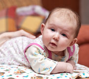 Bambino-ragazza sveglia che esamina macchina fotografica Fotografie Stock