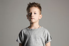 Bambino Ragazzino bello 7 anni del bambino Fotografie Stock Libere da Diritti