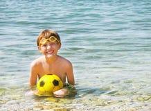 Bambino (ragazzo) con la palla. Immagini Stock