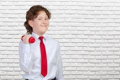 Bambino riccio che solleva una testa di legno fotografia stock libera da diritti