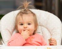 Bambino Ritratto Ragazza consumo cute fotografie stock libere da diritti