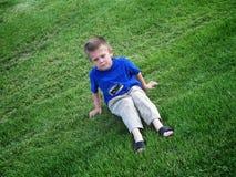 Bambino scontroso in erba Immagini Stock Libere da Diritti