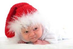 Bambino serio in cappello rosso di natale Immagine Stock