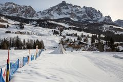 Bambino Ski Area School per i bambini in montagne italiane delle alpi delle dolomia: Parco della neve dei bambini Immagine Stock Libera da Diritti
