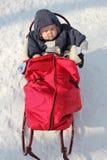 Bambino in slitta rossa Fotografie Stock