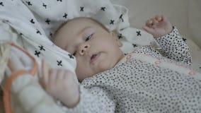 Bambino sonnolento in culla stock footage