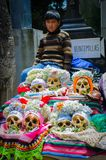 Bambino sopra i crani umani fotografia stock libera da diritti