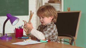 Bambino sorridente allegro alla lavagna Piccolo ragazzo prescolare sveglio del bambino in un'aula Bambini della scuola Scuola ele stock footage