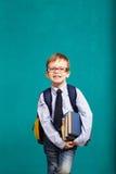 Bambino sorridente allegro con il grande zaino Fotografia Stock