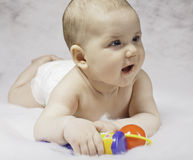 Bambino sorridente che gioca con i giocattoli Fotografia Stock Libera da Diritti