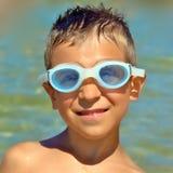 Bambino sorridente con gli occhiali di protezione Immagine Stock Libera da Diritti