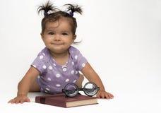 Bambino sorridente con i vetri ed il libro fotografie stock libere da diritti