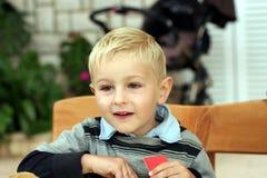Bambino sorridente con la scheda in una mano Fotografie Stock Libere da Diritti