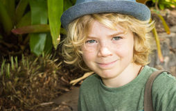 Bambino sorridente del ragazzo all'esterno Fotografia Stock