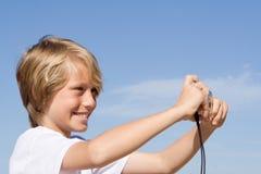 Bambino sorridente felice con la macchina fotografica Immagine Stock Libera da Diritti
