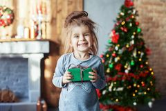 Bambino sorridente felice con un regalo Immagine Stock Libera da Diritti