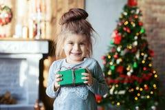 Bambino sorridente felice con un regalo Fotografia Stock Libera da Diritti