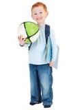 Bambino sorridente felice del ragazzo con la sfera del libro del sacchetto di banco Immagine Stock