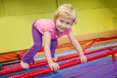 Bambino sorridente felice della neonata che fa gli esercizi in palestra Fotografia Stock Libera da Diritti