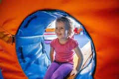 Bambino sorridente felice della neonata che fa gli esercizi in palestra Immagini Stock