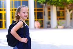 Bambino sorridente felice di Portrair di nuovo a scuola immagini stock libere da diritti