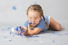 Bambino sorridente felice in pieno con colore Fotografia Stock Libera da Diritti