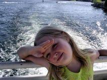 Bambino sorridente sulla barca Fotografia Stock