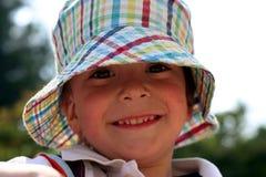 Bambino sorridente in un cappello del boonie Fotografia Stock