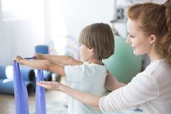 Bambino sostenente del fisioterapista Fotografia Stock Libera da Diritti