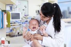 Bambino spaventato quando visitano medico immagini stock libere da diritti