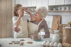 Bambino spensierato che gode del processo di panificazione con sua nonna Fotografia Stock